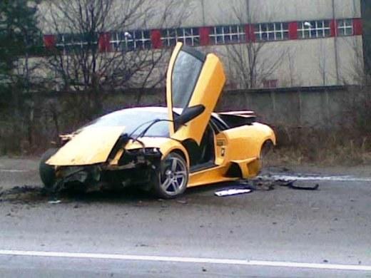 В областном центре Закарпатской области засняли попавшую в ДТП и изрядно побитую… Lamborghini Gallardo.